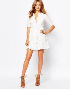Vestido blanco de encaje y botones de Mikie Mackintosh