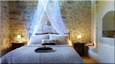 A rusztikus báj, vidéki stílusú lakberendezés töretlen népszerűségnek örvend, ... Elegáns faldekoráció egy szépen és ízlésesen berendezett 60m2-es lakásban - Luxuslakások, házak Bed, Furniture, Home Decor, Farm Cottage, Cottage Chic, Decoration Home, Stream Bed, Room Decor, Home Furnishings