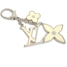 Pre-owned Louis Vuitton Silver Tone Metal Key Holder Ring ($320) ❤ liked on Polyvore featuring jewelry, rings, charm rings, wedding rings, diamond rings, fine jewelry and wedding band rings