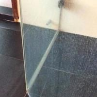 Water stains on the shower glass: the trick to make them disappear. Daily Cleaning, Household Cleaning Tips, House Cleaning Tips, Cleaning Hacks, Dishwasher Detergent, Clean Dishwasher, Cleaning Companies, Water Stains, Storage Places