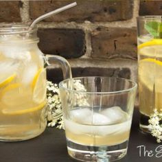 A deliciously fragrant elderflower cordial recipe that makes a great drink and goes well with fruit salads or can be used as ice pop flavour. Chia Seed Smoothie, Avocado Smoothie, Sweet Watermelon, Watermelon Lemonade, Freeze Avocado, Growing Zucchini, Cordial Recipe, Elderflower Cordial, Crispy Sweet Potato