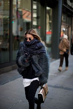 Atemberaubende Winter Outfits Ideen, die Sie gerne in diesem Winter versuchen würde Stunning winter outfits ideas that you would like to try this winter – Best Trend Fashion Street Style Jeans, Street Style Outfits, Looks Street Style, Mode Outfits, Street Chic, Street Wear, Trend Fashion, Look Fashion, Womens Fashion