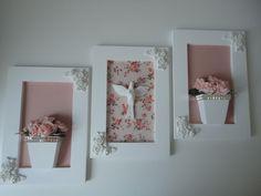 Trio de quadros com flores em eva e divino em resina, todos com fundo em tecido.