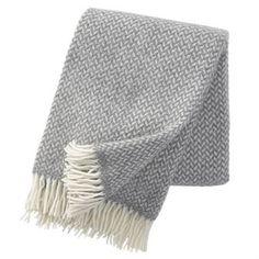 Klassisen kauniissa Klippan Yllefabrikin Polka-huovassa on yksinkertainen, puhdastyylinen kuvio. Saatavissa useina eri väreinä.