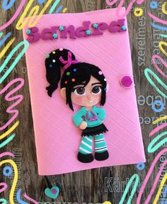 Fazendo Arte by Ágatha Kozakevic: Capa de Agenda da Vanellope von Schweetz (Ralph vs Internet) by Ágatha Kozakevic Foam Crafts, Diy And Crafts, Folder Decorado, Vanellope, Wreck It Ralph, Lol Dolls, Flower Crafts, Clay Art, Mickey Drawing