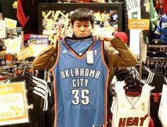 【大阪店】 2013年2月6日  岩田 勇気さんです!    先輩の送別品で、ケビン・デュラント選手のジャージをご購入頂きました!    喜んでいただけるといいですね☆