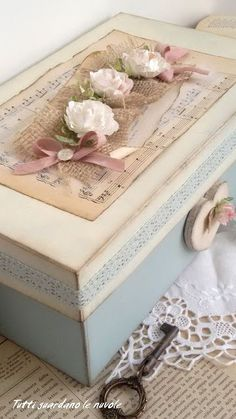 Tutti guardano le nuvole: Box with Paper Flowers altered art box shabby chic Decoupage Vintage, Decoupage Box, Vintage Crafts, Shabby Chic Crafts, Shabby Chic Decor, Shabby Boxes, Altered Cigar Boxes, Vintage Box, Vintage Chest