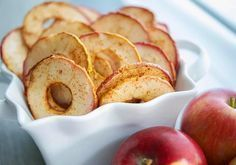 Cinnamon Apple Chips Recipe Lunch and Snacks, Desserts with apples, ground cinnamon, granulated sugar, cooking spray Apple Recipes, Snack Recipes, Cooking Recipes, Vegan Recipes, Fall Recipes, Easy Snacks, Healthy Snacks, Dessert Healthy, Vegan Snacks