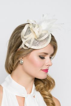 This season, sophisticated fascinators stole the show on the runways. Fascinators can be a little intimidating. But this cute little fascinator will help you overcome that fear. It perfectly lands the look, thanks to its mesh sinamay, frilly feathers and Ivory Fascinator, Fascinator Headband, Fascinators, Headpiece, Tea Hats, Tea Party Hats, Hats Short Hair, English Hats, Tea Party Outfits