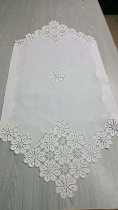 This Pin was discovered by Fah Filet Crochet, Crochet Motif, Crochet Doilies, Crochet Stitches, Crochet Table Topper, Crochet Tablecloth, Lace Patterns, Crochet Patterns, Doilies Crafts
