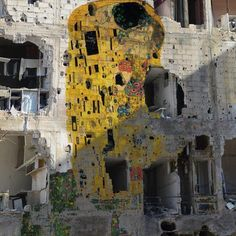 "Klimt's famous ""kiss"" on the walls of a devastated building in Syria"