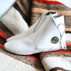 Vintage VTG White Minnetonka Moccasin Boots Booties American Indian Navajo Ethnic Tribal Festival Wear Shoes Slippers Made in USA 6.5 or 7