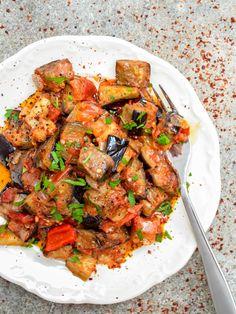 Turkish aubergine in tomato sauce (Soslu patlıcan) - recipe / A kitchen in Istanbul Vegetable Dishes, Vegetable Recipes, Vegetarian Recipes, Cooking Recipes, Healthy Recipes, Turkish Mezze, Turkish Salad, Tapas, Turkish Vegetables