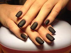 Manicura francesa color negro mate con raya color negro de brillo.