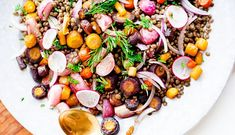 SALATĂ de LINTE și RIDICHE – rețetă cu beneficii Hummus Recipe, Cobb Salad, Drink, Eat, Recipes, Food, Salads, Beverage, Eten