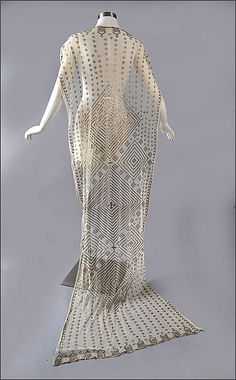 This shawl from the is in the art deco style because it features a lot of strong geometric shapes. 30s Fashion, Art Deco Fashion, Fashion History, Vintage Fashion, Edwardian Fashion, Vintage Vogue, Historical Costume, Historical Clothing, 1920s Outfits