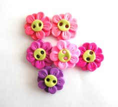 Button Double Daisies handmade polymer clay buttons ( 6 ) via Etsy Polymer Clay Flowers, Fimo Clay, Polymer Clay Charms, Handmade Polymer Clay, Polymer Clay Jewelry, Polymer Project, Polymer Clay Projects, Clay Crafts, Types Of Buttons