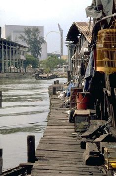 TANJONG RHU - JETTY SCENE (RIVER MOUTH OF GEYLANG RIVER) History Of Singapore, Singapore Photos, Old Pictures, Old Photos, Bruce Lee Movies, Straits Settlements, River Mouth, Slums, Buildings