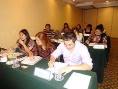 Fotografia de los asistentes realizando detalladamente su examen.