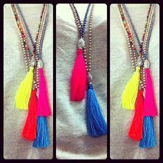 Han llegado los collares de Damai accessories, ( hilos y piedras naturales de Bali) te los vas a perder!?no dudes en contactar con @giralunatrendy sí no quieres quedarte sin el tuyo  #summer #verano # color # flúor #neon, #instamood #instafashion #collares #friends #damai #bali - @giralunatrendy- #webstagram