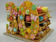 Bluffez vos invités avec cette pièce montée proposant un méli mélo de choux et de macarons le tout séparé par de fines feuilles de nougatine