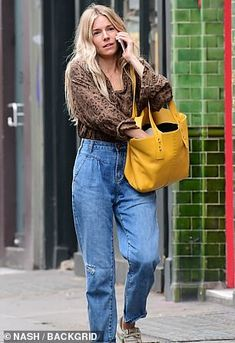 Blue Fashion, Daily Fashion, Girl Fashion, High Waisted Baggy Jeans, Sienna Miller Style, Hollywood Star, Everyday Outfits, Capsule Wardrobe, Mom Jeans