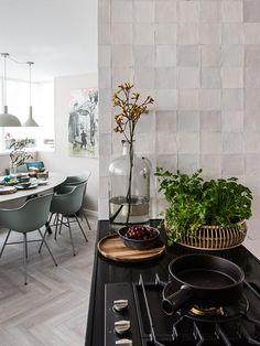 Craft Egg White glossy - vtwonen tegels by Douglas & Jones Kitchen Interior, Kitchen Decor, Kitchen Design, Futuristic Furniture, Hotel Interiors, Living Room Kitchen, Home Decor Accessories, Interior Inspiration, Accent Decor