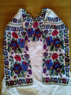 Ukrainian traditional embroidery Путильська рукавівка