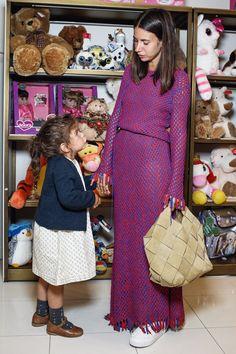Наташа Гольденберг в платье Céline и с сумкой Loewe на детском празднике в ЦУМе
