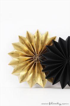 DIY Weihnachts-Deko: Faltsterne aus Geschenkpapier-Resten #filizity #diy #weihnacht #deko #stars #stern #falten #geschenk #geschenkpapier