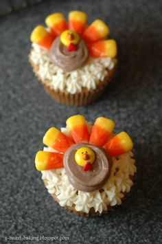 i heart baking!: thanksgiving turkey cupcakes - brown sugar pound cakes with bailey's irish cream frosting Thanksgiving Cake Pops, Thanksgiving Traditions, Thanksgiving Turkey, Thanksgiving Recipes, Fall Recipes, Holiday Recipes, Holiday Foods, Holiday Fun, Happy Thanksgiving