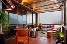 Varanda do Mar. A designer de interiores Geisa Hartmann integra a paisagem natural ao espaço de 22m², que traz um pergolado em bambu e móveis aconchegantes (Sierra Garden) fabricados em madeira Teka. Algumas mesas de apoio são feitas de caixotes.