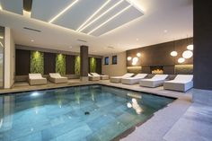 Wasserspaß im Hallenschwimmbad des Familienhotels.  #interiordesign #spahotel #pool #greenwall #relaxbed #fireplace