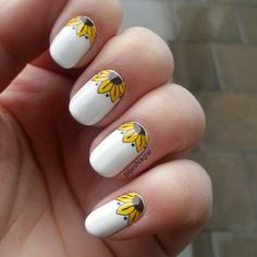 White nails with sunflower moons. (by @siljesnaglar on IG)