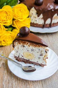 Banana straciatella cheesecake - desert Cheesecake Deserts, Cheesecake Recipes, Dessert Recipes, Delicious Deserts, Yummy Food, Recipes Using Bananas, Romanian Desserts, Romanian Recipes, Cake Cookies