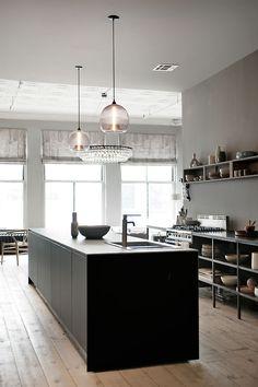 A loft in Soho - New York Loft Apartment of Ochre's Harriet Maxwell Macdonald and Andrew Corrie Classic Kitchen, Minimal Kitchen, New Kitchen, Loft Kitchen, Kitchen Black, Stylish Kitchen, Crisp Kitchen, Soho Loft, Ny Loft