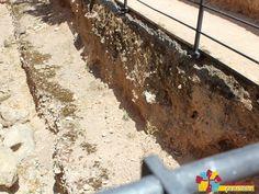 Detalle del foso excavado en roca madre, solo se encuentran excavados dos tramos de los cuatro que flanquearían la fortaleza.Castillo de Dña Berenguela