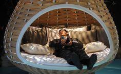 Visitante experimenta cadeira da Dedon, durante abertura do Salão de Milão 2012. A 51ª edição do evento mais importante do design internacional começou hoje. (Edição de 2012)