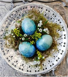 Sparkly eggs centerpiece for spring - just lovely. #SouvenirMagazine