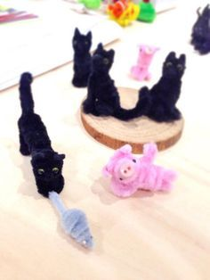 Pipe cleaner black cat caught the mouse Pipe Cleaner Projects, Pipe Cleaner Art, Pipe Cleaner Animals, Sand Crafts, Cute Crafts, Diy And Crafts, Crafts For Kids, Arts And Crafts, Diy Pipe