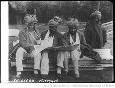 Des blessés indiens en Angleterre à l'hôpital de New Forest, la lecture des nouvelles du front : [photographie de presse] / [Agence Rol] - 1914