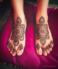 Be it the most minimal of foot mehndi designs or the intricately sketched ones, bridal mehndi can't even be imagined without a pretty story on the feet. Henna Hand Designs, Wedding Henna Designs, Pretty Henna Designs, Modern Henna Designs, Indian Henna Designs, Engagement Mehndi Designs, Legs Mehndi Design, Mehndi Designs For Girls, Best Mehndi Designs