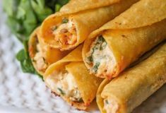 These baked cream cheese chicken taquitos are a healthier alternative to your average store bought frozen taquitos. These taquitos come together in no time and can be frozen and reheated to eat anytime! Taquitos Recipe, Chicken Taquitos, Chicken Wraps, Chicken Tacos, Baked Taquitos, Barbecue Chicken, Rotisserie Chicken, Great Appetizers, Appetizer Recipes