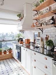 Cocina moderna en clave Nueva York: azulejos en blanco y juntas negras, piso en mosaico blanco y negro, artefactos en cobre, cuadros en la mesada y mucho sol. Small Kitchen Storage, Cozy Kitchen, Kitchen Sets, New Kitchen, Kitchen Dining, Kitchen Decor, Küchen Design, Home Design, Home Interior