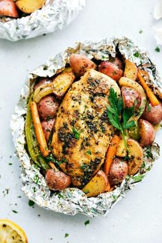 30 Best Delicious Foil Pack Dinners - This Tiny Blue House Get dinner from oven to table quickly with these best delicious foil pack dinners. Healthy & delicious, foil pack dinners are a solution for busy folks. Tin Foil Dinners, Foil Packet Dinners, Foil Pack Meals, Easy Dinners, Veggie Dinners, Hobo Dinners, Jambalaya, Grilling Recipes, Cooking Recipes