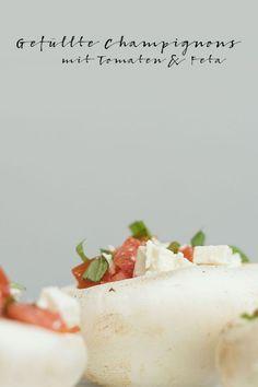 Gefüllte Champignons mit Tomaten & Feta. Ein Ratzfatz-Rezept mit viel Gemüse. Dieses 30-Minuten-Gericht passt gut zu langen Sommertagen. Feta, Snacks, Panama, Camembert Cheese, Pudding, Desserts, Blog, Stuffed Portobello Mushrooms, Kid Cooking
