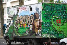 Place de la Nation et les grafitis sur les camions !