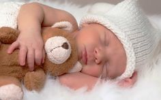 Almost every newborn has sleeping problems. Maybe, he sleeps to little or doesn't sleep well at night. There is a nice newborn sleep guide that will help your Kids Sleep, Baby Sleep, Coto Umbilical, Baby Wallpaper, Babies First Year, Newborn Care, Tummy Time, Baby Boy Rooms, Personalized Baby