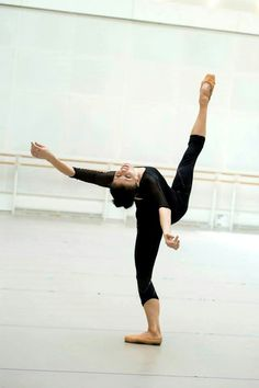 Natalia Osipova (Royal Ballet) rehearsing for Connectome. Photo by Bill Cooper- So she has ALL of that beautiful turn-out in the standing leg, but in the working leg she isn't using it. Really? -_-