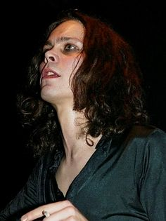 Actuación de HIM en Londres, 19.12.2003. http://media.gettyimages.com/photos/finnish-goth-rock-band-him-perform-at-the-astoria-on-december-19-2003-picture-id2824861